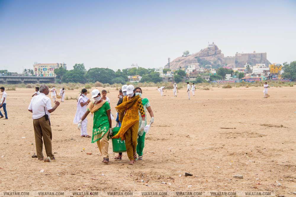 காவிரி மஹா புஷ்கரவிழா: காவிரி ஆற்றை தூய்மைப்படுத்திய கல்லூரி மாணவர்கள்... படங்கள் - தே.தீட்ஷித்