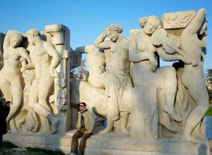 பிரான்ஸ் நாட்டின் அடையாளமான ஈஃபிள் கோபுரத்தை சுற்றியுள்ள அழகிய கட்டடங்களின் சிறப்பு தொகுப்பு அகுரூஸ்தனம்