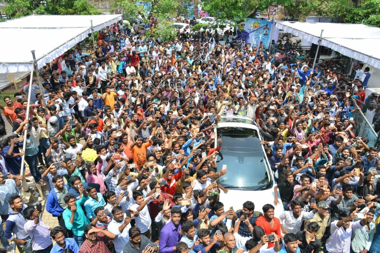 அல்லு அர்ஜூன் பிறந்தநாள் கொண்டாட்டத்திற்கு குவிந்த ரசிகர்கள்..!