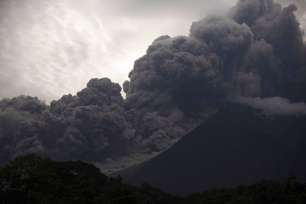சீறும் ஃபியூகோ எரிமலை... தவிக்கும் கவுடமாலா மக்கள்!  #VolcanDeFuego