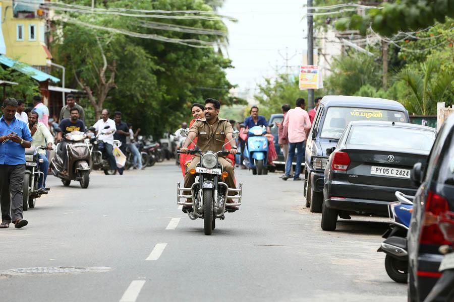 போலீஸாக விஜய் ஆண்டனி நடித்திருக்கும் 'திமிரு புடிச்சவன்' பட ஸ்டில்ஸ்..!