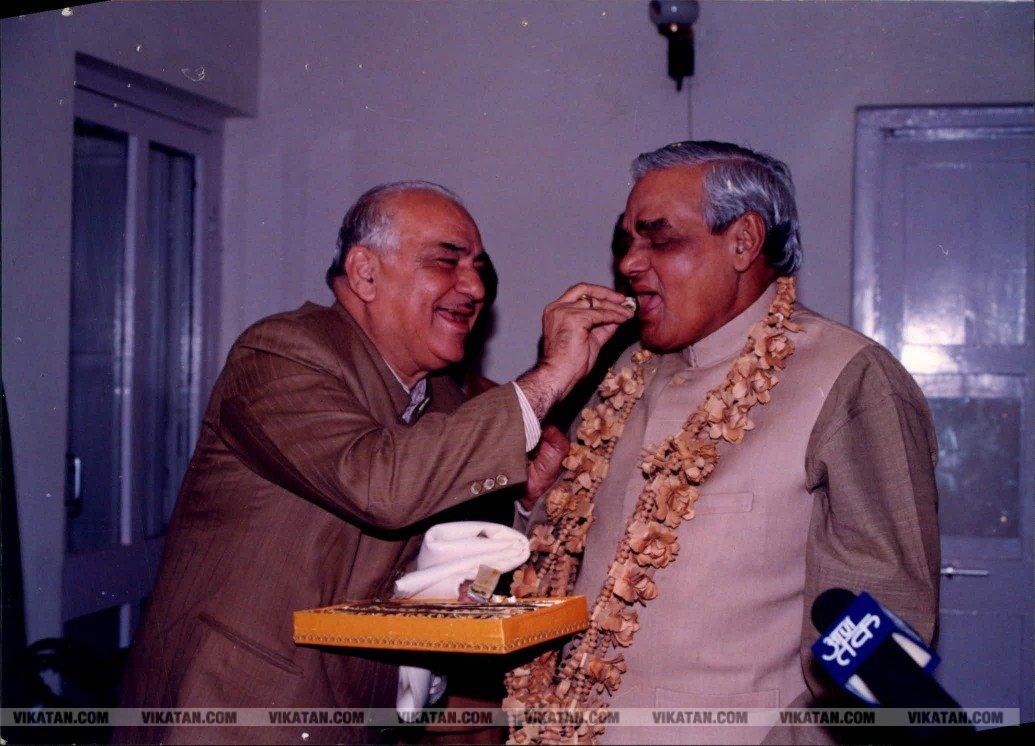 கிளின்டன் முதல் கருணாநிதி வரை.. வாஜ்பாயுடன் தலைவர்கள் புகைப்பட தொகுப்பு! #RememberingVajpayee