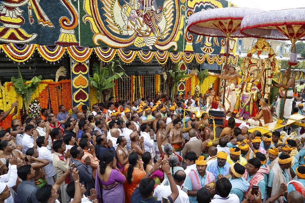 திருப்பதியில் லட்சக்கணக்கான் பக்தர்கள் சூழ நிறைவுற்றது கருடசேவை!