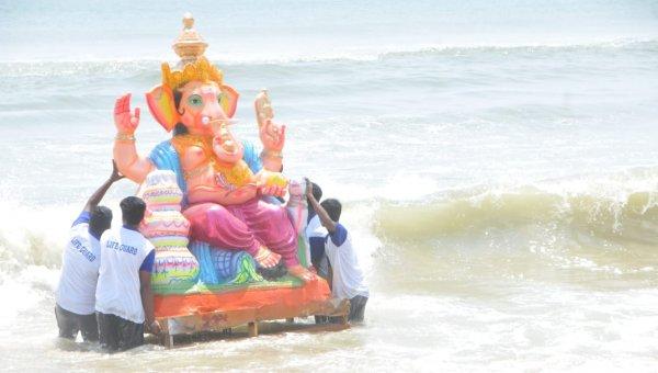 சென்னையில் நடைபெற்ற பிரமாண்ட விநாயகர் ஊர்வலம்: படங்கள்: வி.ஸ்ரீனிவாசுலு