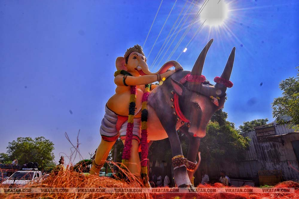 ஸ்கூட்டி, பைக், டிராக்டர், ஜல்லிக்கட்டு... வித்தியாசமான பிள்ளையார்களின் கம்பீர அணிவகுப்பு!