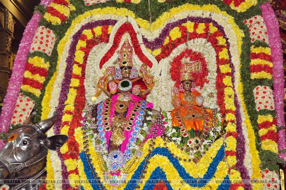 திண்டுக்கல் காளகதீஸ்வரர் கோயிலில் லட்சதீபம் ஏற்றி திருக்கார்த்திகை சிறப்பு வழிபாடு... படங்கள்: வி.சிவக்குமார்