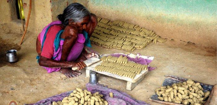 மண் தேர்வு முதல் கட்டிகளை மூட்டையாக கட்டுவது வரை... நாமக்கட்டிகள் உருவாகும் முறை! #VikatanPhotoStory படங்கள்: கா.முரளி
