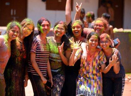 புதுச்சேரியில், கல்லூரி மாணவர்களின் ஹோலி  பண்டிகை கொண்டாட்டம்