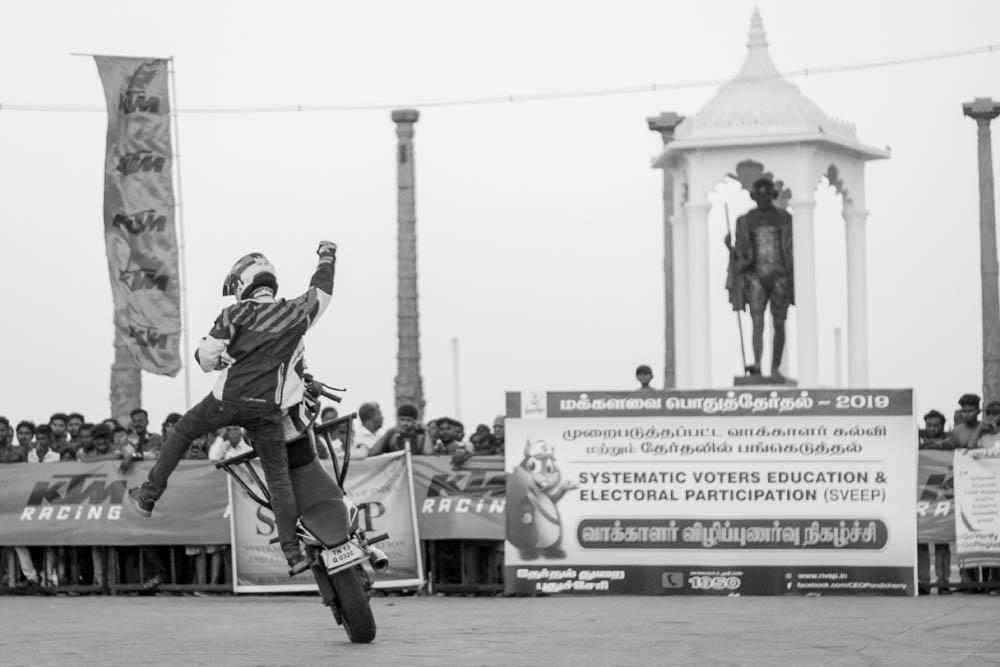 புதுச்சேரி காந்தி திடலில் நடைபெற்ற தேர்தல் விழிப்புணர்வு பைக் ஸ்டண்ட் நிகழ்ச்சி