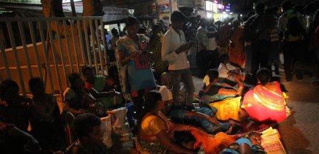 வாக்களிப்பதற்காக 'ரிஸ்க்' பயணம்... போதிய பேருந்துகளின்றி தவித்த மக்கள்! #NightVisit