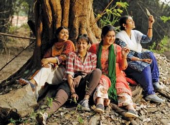 மகளிர் மட்டும் - இந்தியப் பெண்களின் ரத்தமும் வலியுமான கதை