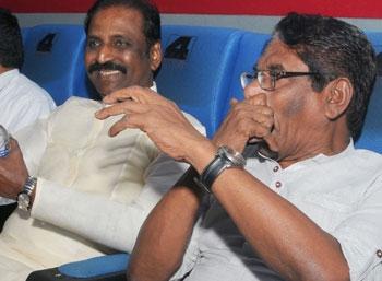 'கபாலி' பார்த்துக் கொண்டிருக்கிறார் வைரமுத்து!