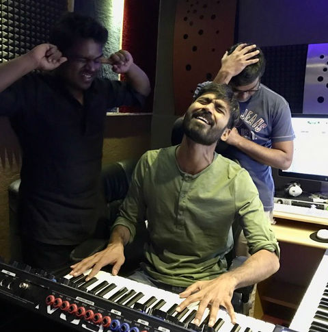 Who is the music director of Enai Nokki Paayum Thotta