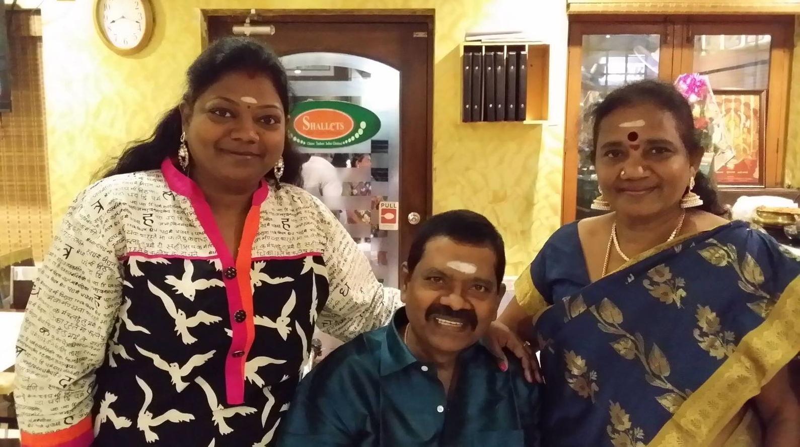 மனைவி மற்றும் மகளுடன் நடிகர் வினுச்சக்ரவர்த்தி