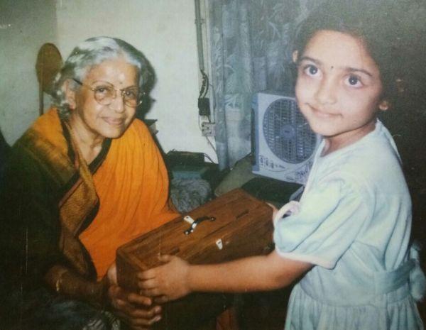 எம்.எஸ்.சுப்புலட்சுமியுடன் பாடகி ஜனனி