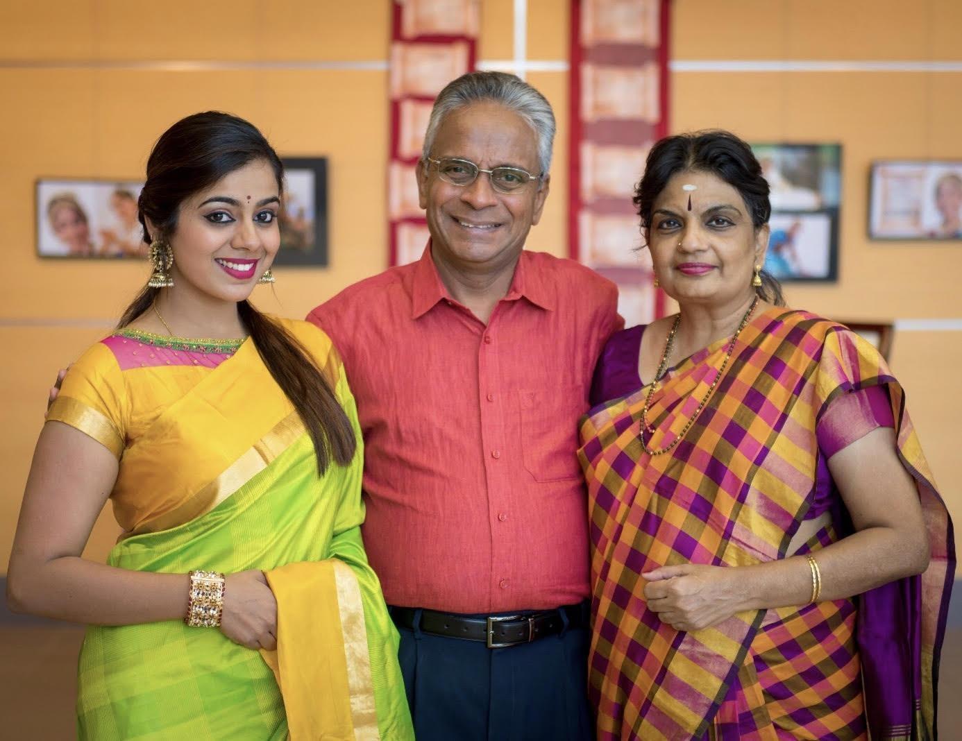 ராதிகா சுரஜித் குடும்பத்தினருடன்