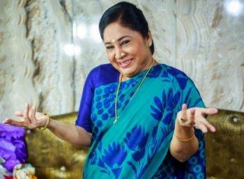 ''நிறையக் காயங்கள்...அதான் யார்கூடவும் நெருங்கிப் பழகுறதில்லை!'' - கோவை சரளா பர்சனல் #VikatanExclusive