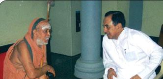 நாற்காலியில் சுப்பிரமணியன் சுவாமி... தரையில் பொன்.ராதாகிருஷ்ணன்