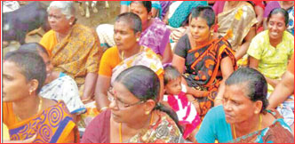 """''மதுக்கடைகள் வேண்டும்!"""" - ஒரு கிராமத்தில் பெண்கள் நடத்தும் போராட்டம்"""