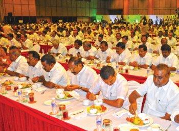 சட்டமன்றத் தேர்தலுக்காக நடக்கும் விருந்து!