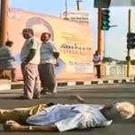 சாலையில் படுத்து போராடி ஜெயலலிதா பேனர்களை  அகற்ற வைத்த டிராபிக் ராமசாமி  (படங்கள்)
