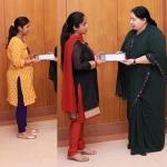 3 விமானிகளின் மனைவிகளுக்கு தலா ரூ.10 லட்சம் வழங்கினார் ஜெயலலிதா!