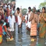 ஆடி அமாவாசை: ராமேஸ்வரத்தில் புனித நீராட குவிந்த பக்தர்கள்!