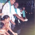 சம்பா நெற்பயிரை காக்கக்கோரி காவிரியில் வினோத வேண்டுதல்!