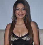 ஹோட்டல் ஊழியரை அடித்து உதைத்த நடிகை பூஜா மிஸ்ரா (வீடியோ)