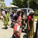 பாட்டிகள் முற்றுகை; திணறிய ஈரோடு மாவட்ட ஆட்சியர் அலுவலகம்!