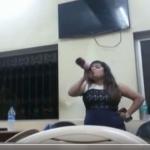 போலீஸ் நிலையத்தில் பீர் குடித்து  ரகளை செய்த இளம்பெண்! (வீடியோ)