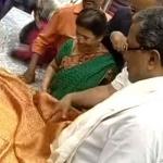 1 லட்ச ரூபாய்க்கு 'வாட்டர் ப்ரூஃப்' புடவை! - முதல் கஸ்டமர் ஆன மாநில முதல்வர்!