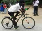 சைக்கில் ஓட்டியபடி 'ரூபிக்ஸ் கியூப்' விளையாட்டில் சாதனை!  (வீடியோ)