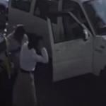 பெண் போலீசை நடு ரோட்டில்  அடித்த சிவசேனா பிரமுகர் (அதிர்ச்சி வீடியோ)