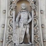 செல்ஃபி மோகத்தால் 126 ஆண்டு கால சிலையை உடைத்த இளைஞர்!