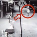 காதலிக்காக 'களவாணி'யான காதலன்! (அதிர்ச்சி வீடியோ)