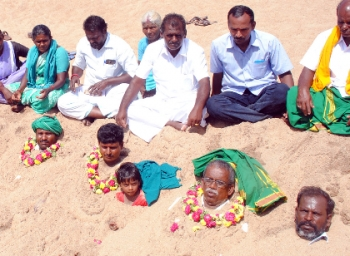 Trichy Farmers Burying Themselves in Cauvery River #CauveryRiverProtest