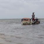 தனுஷ்கோடியில் சுற்றுலாப் பயணிகளை மீட்ட மீனவர்கள்