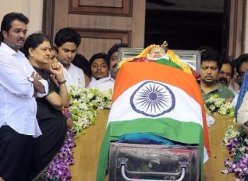 அப்போலோ டூ எம்.ஜி.ஆர் சமாதி... ஜெயலலிதாவுக்கு அரண் அமைத்த மன்னார்குடி!