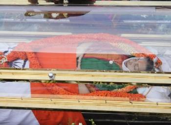 ஜெயலலிதா உடல் ராஜாஜி ஹாலுக்கு வருவதற்கு முன், போயஸ் கார்டனில் என்ன நடந்தது? #VikatanExclusive