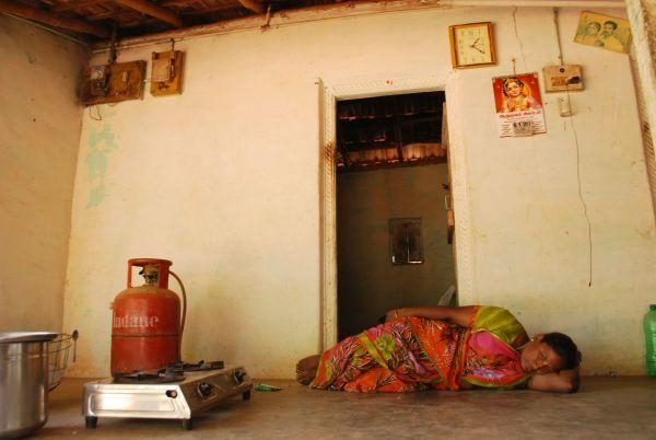 சோகத்தில் படுத்திருக்கும் விவசாயக் குடும்பத் தலைவி சித்ரா