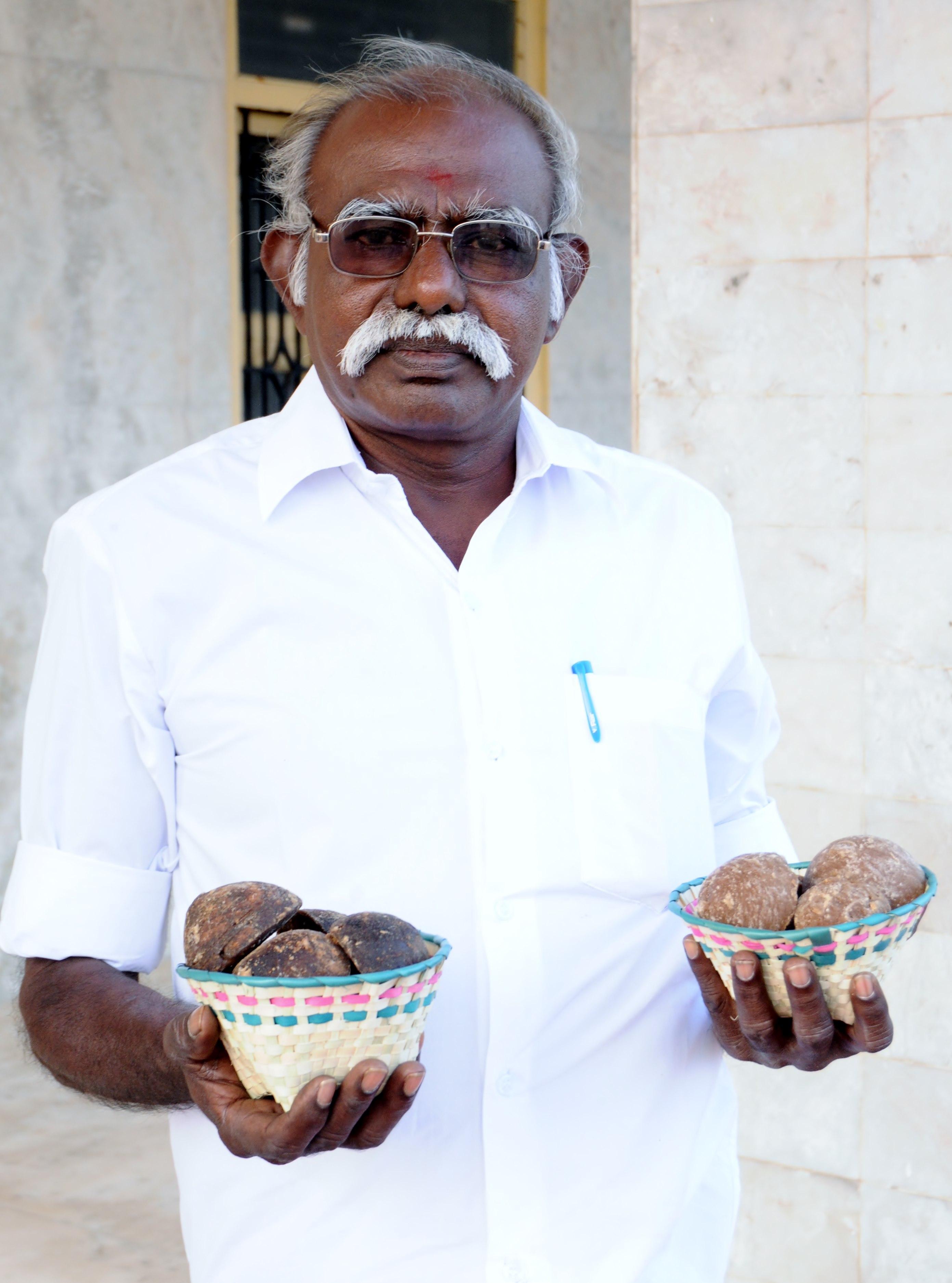 மகாராஜா வலது கையில் ஒரிஜினல் கருப்பட்டி, இடது கையில் போலி கருப்பட்டி