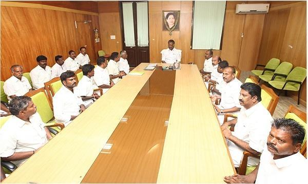 சுந்தரராஜன் தலைமையிலான ஜல்லிக்கட்டு போராட்டக் குழுவினர்