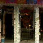 ரூபாய் நோட்டுகளால் அலங்காரம் செய்யப்பட்ட கோயில்!