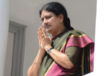 Sasikala celebrates new year by cutting cake in Poes Garden - Minsiters left confused