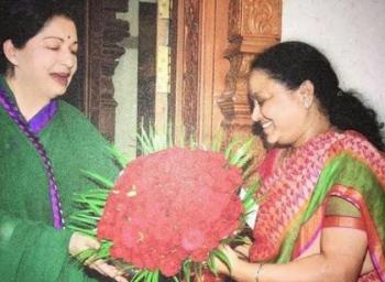 Sasikala pins hopes on Rajini