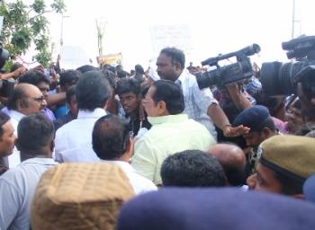 ஜல்லிக்கட்டு போராட்டத்தில் ஸ்டாலினுக்கு தடை விதித்த மக்கள்!