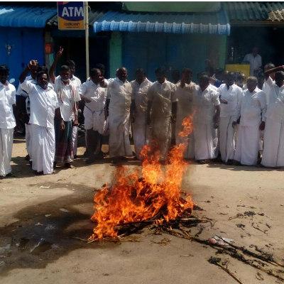 OPS effigy burned at kadaladi