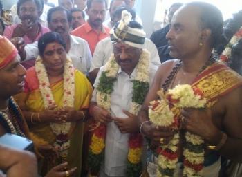 கோவில் கும்பாபிஷேக விழாவில் குடும்பத்துடன் கலந்து கொண்ட முதல்வர்(படங்கள்)