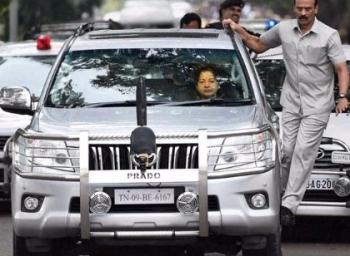 ஓ.பன்னீர்செல்வம் - சசிகலா இருவரின் கார் என்ன... எவ்வளவு விலை வித்தியாசம் தெரியுமா? #OPSvsSasikala #VikatanExclusive